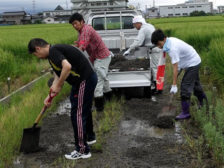 砂利敷き作業3