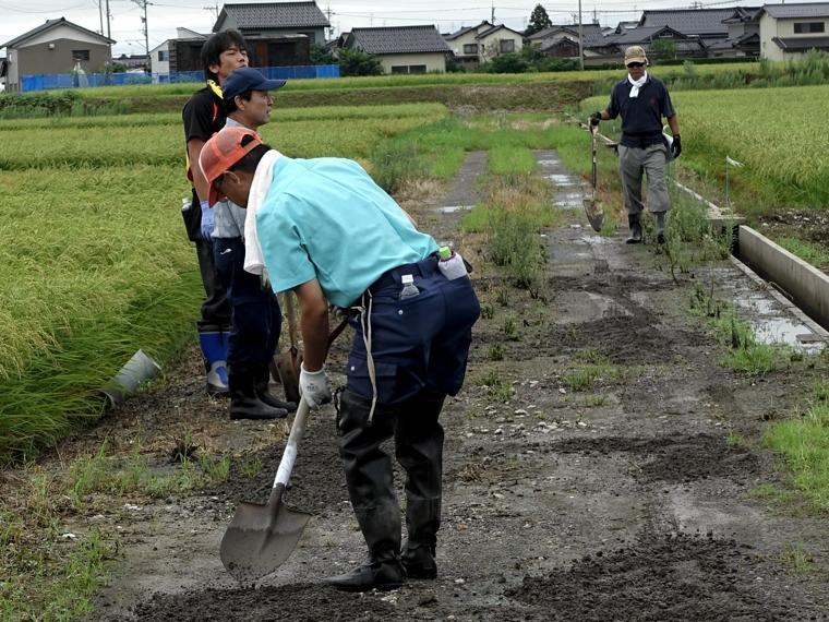 砂利敷き作業4
